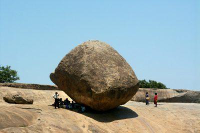 India datos generales: Familia en India junto a roca de gran tamaño